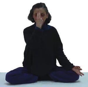 adepte de yoga pratiquant la respiration alternée